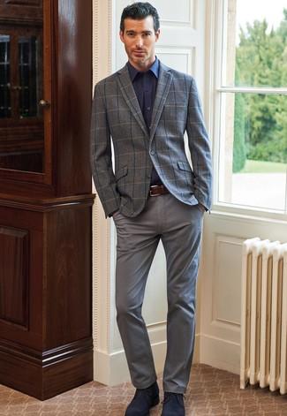 Trend da uomo in modo smart-casual: Scegli un blazer di lana a quadri grigio e chino grigi, perfetto per il lavoro. Perfeziona questo look con un paio di chukka in pelle scamosciata blu scuro.