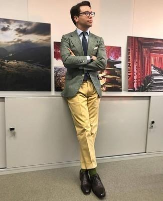 Come indossare e abbinare calzini verde scuro: Opta per un blazer verde scuro e calzini verde scuro per un look perfetto per il weekend. Indossa un paio di scarpe oxford in pelle marrone scuro per dare un tocco classico al completo.