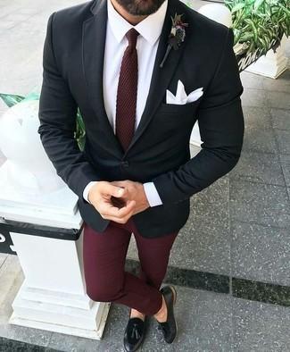 Come indossare e abbinare un blazer nero: Abbina un blazer nero con chino bordeaux per un look da sfoggiare sul lavoro. Indossa un paio di mocassini con nappine in pelle neri per dare un tocco classico al completo.