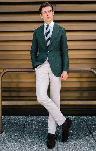 Come indossare e abbinare una cravatta a righe orizzontali blu scuro e bianca: Scegli un blazer verde scuro e una cravatta a righe orizzontali blu scuro e bianca per un look elegante e alla moda. Questo outfit si abbina perfettamente a un paio di mocassini eleganti in pelle scamosciata marrone scuro.