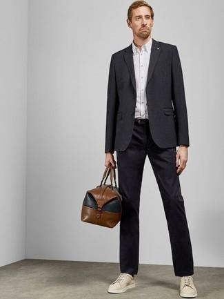Moda uomo anni 40: Punta su un blazer blu scuro e chino blu scuro se cerchi uno stile ordinato e alla moda. Calza un paio di sneakers basse in pelle beige per avere un aspetto più rilassato.