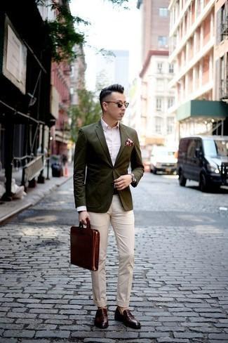 Come indossare e abbinare un orologio in pelle bordeaux: Metti un blazer verde oliva e un orologio in pelle bordeaux per un look comfy-casual. Prova con un paio di mocassini con nappine in pelle bordeaux per un tocco virile.