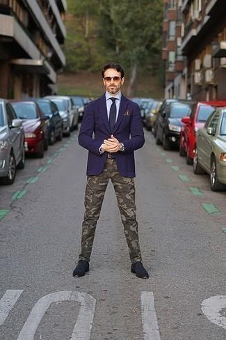 Trend da uomo 2020: Potresti indossare un blazer blu scuro e chino mimetici verde oliva per un drink dopo il lavoro. Mostra il tuo gusto per le calzature di alta classe con un paio di scarpe derby in pelle scamosciata blu scuro.