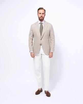 Come indossare e abbinare un blazer beige: Potresti indossare un blazer beige e chino bianchi per un look da sfoggiare sul lavoro. Scegli un paio di mocassini eleganti in pelle scamosciata marroni come calzature per mettere in mostra il tuo gusto per le scarpe di alta moda.