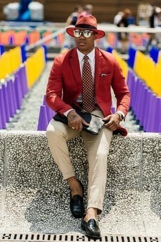 Come indossare e abbinare una cravatta stampata bordeaux: Potresti indossare un blazer rosso e una cravatta stampata bordeaux per un look elegante e alla moda. Mocassini eleganti in pelle neri sono una splendida scelta per completare il look.