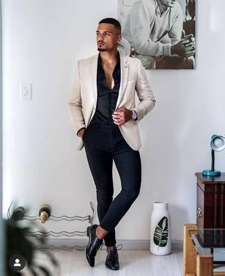 Come indossare e abbinare un blazer beige: Prova a combinare un blazer beige con chino blu scuro per un abbigliamento elegante ma casual. Impreziosisci il tuo outfit con un paio di scarpe derby in pelle nere.