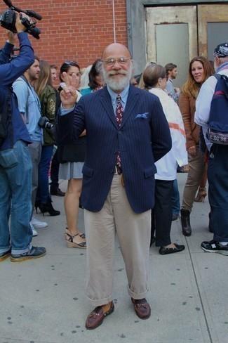 Come indossare e abbinare una cravatta stampata bordeaux: Combina un blazer a righe verticali blu scuro con una cravatta stampata bordeaux per essere sofisticato e di classe. Completa questo look con un paio di mocassini con nappine in pelle bordeaux.
