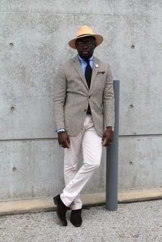 Come indossare e abbinare una cravatta nera: L'abbinamento di un blazer a quadri beige e una cravatta nera metterà in luce il tuo gusto per gli abiti di sartoria. Per un look più rilassato, scegli un paio di chukka in pelle scamosciata marrone scuro.