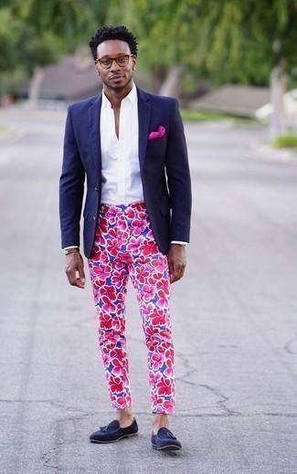 Come indossare e abbinare un fazzoletto da taschino fucsia: Per un outfit della massima comodità, abbina un blazer blu scuro con un fazzoletto da taschino fucsia. Scegli uno stile classico per le calzature e scegli un paio di mocassini con nappine in pelle scamosciata blu scuro.