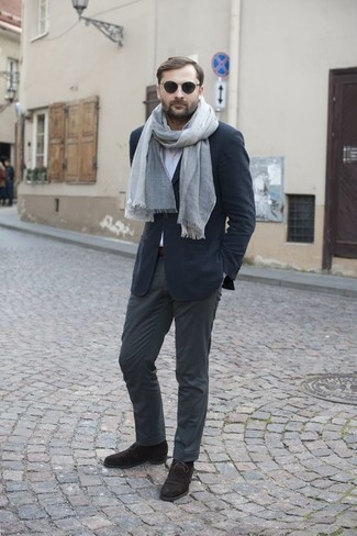 Come indossare e abbinare occhiali da sole neri: Per un outfit della massima comodità, potresti indossare un blazer blu scuro e occhiali da sole neri. Prova con un paio di chukka in pelle scamosciata marrone scuro per dare un tocco classico al completo.