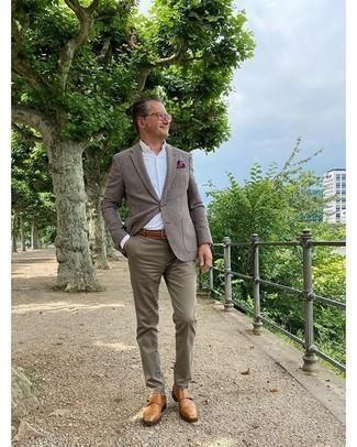 Moda uomo anni 50: Potresti indossare un blazer a quadri marrone e chino verde oliva per un look elegante ma non troppo appariscente. Mettiti un paio di scarpe double monk in pelle marrone chiaro per dare un tocco classico al completo.