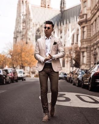 Come indossare e abbinare chino marroni: Opta per un blazer beige e chino marroni se preferisci uno stile ordinato e alla moda. Chukka in pelle scamosciata marrone chiaro sono una interessante scelta per completare il look.