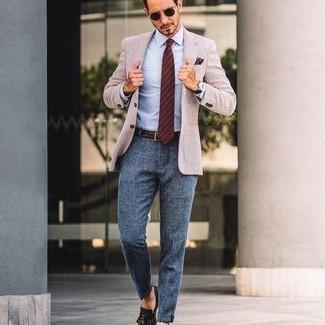 Come indossare e abbinare occhiali da sole marrone scuro: Scegli un outfit composto da un blazer beige e occhiali da sole marrone scuro per un outfit rilassato ma alla moda. Impreziosisci il tuo outfit con un paio di mocassini eleganti in pelle con frange marrone scuro.