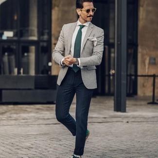 Come indossare e abbinare occhiali da sole marrone scuro: Prova ad abbinare un blazer grigio con occhiali da sole marrone scuro per una sensazione di semplicità e spensieratezza. Sfodera il gusto per le calzature di lusso e indossa un paio di sneakers basse in pelle scamosciata verde scuro.