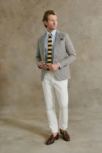 Come indossare e abbinare una giacca: Indossa una giacca e chino bianchi se cerchi uno stile ordinato e alla moda. Mocassini con nappine in pelle marrone scuro daranno lucentezza a un look discreto.