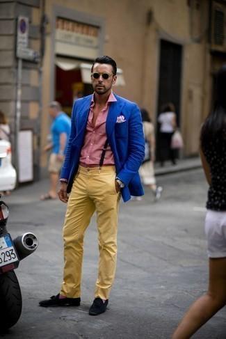 Come indossare e abbinare calzini viola melanzana: Metti un blazer blu e calzini viola melanzana per una sensazione di semplicità e spensieratezza. Sfodera il gusto per le calzature di lusso e scegli un paio di mocassini con nappine in pelle scamosciata neri come calzature.