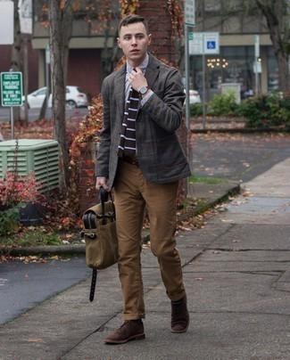 Moda uomo anni 30: Prova a combinare un blazer di lana scozzese grigio scuro con una camicia elegante grigia per essere sofisticato e di classe.