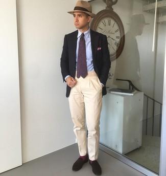 Come indossare e abbinare calzini viola melanzana: Scegli un outfit composto da un blazer nero e calzini viola melanzana per un outfit rilassato ma alla moda. Sfodera il gusto per le calzature di lusso e scegli un paio di mocassini eleganti in pelle scamosciata marrone scuro.