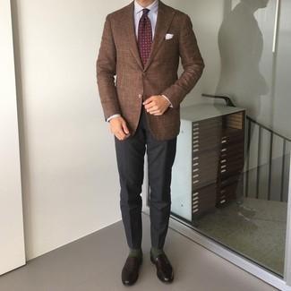 Come indossare e abbinare una cravatta stampata bordeaux: Abbina un blazer marrone con una cravatta stampata bordeaux per essere sofisticato e di classe. Mocassini eleganti in pelle marrone scuro sono una interessante scelta per completare il look.
