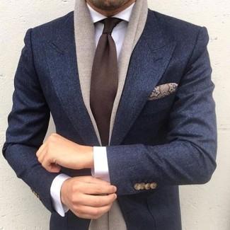 Come indossare e abbinare: blazer di lana blu scuro, camicia elegante bianca, cravatta marrone scuro, fazzoletto da taschino di seta con stampa cachemire marrone