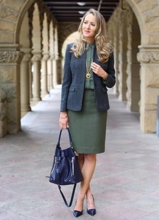 Come indossare: blazer di lana a quadri blu scuro, camicia elegante verde scuro, gonna a tubino verde scuro, décolleté in pelle blu scuro