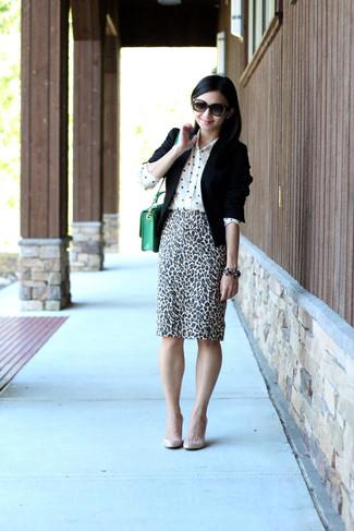 Come indossare: blazer nero, camicia elegante di seta a pois bianca, gonna a tubino leopardata bianca e nera, décolleté in pelle beige