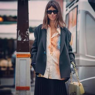 Come indossare: blazer nero, camicia elegante effetto tie-dye arancione, gonna longuette a pieghe nera, borsa a mano in pelle gialla