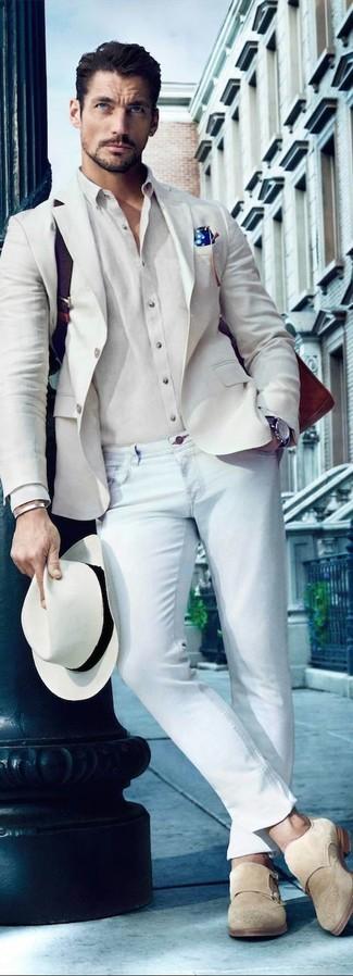 Come indossare: blazer beige, camicia elegante beige, jeans aderenti azzurri, scarpe double monk in pelle scamosciata beige