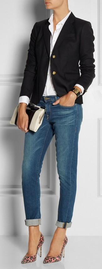 Come indossare: blazer nero, camicia elegante bianca, jeans aderenti blu, décolleté in pelle leopardati rosa