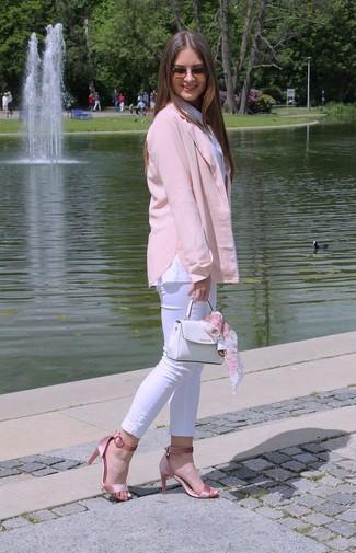 Come indossare e abbinare: blazer rosa, camicia elegante bianca, jeans aderenti bianchi, sandali con tacco di raso rosa