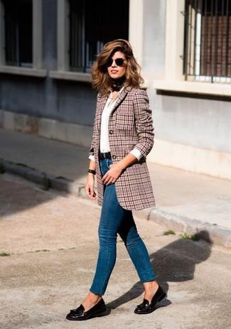 Come indossare: blazer di lana con motivo pied de poule rosso, camicia elegante bianca, jeans aderenti blu, mocassini con nappine in pelle marrone scuro