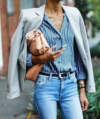 Come indossare: blazer grigio, camicia elegante a righe verticali bianca e blu, jeans aderenti azzurri, pochette in pelle marrone chiaro