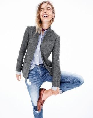 Come indossare: blazer di lana grigio, camicia elegante azzurra, jeans aderenti strappati blu, mocassini eleganti in pelle marroni