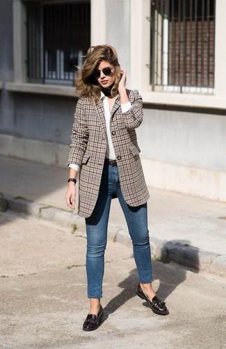 Come indossare: blazer scozzese marrone, camicia elegante bianca, jeans aderenti blu, mocassini con nappine in pelle marrone scuro