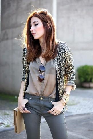 Trend da donna 2020: Abbina un blazer con paillettes dorato con jeans aderenti grigio scuro per vestirti casual.