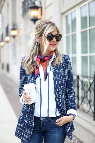 Come indossare: blazer stampato blu scuro, camicia elegante a righe verticali bianca e blu scuro, jeans aderenti blu scuro, sciarpa di seta stampata multicolore