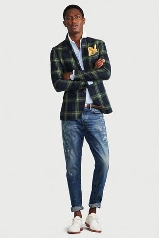 Come indossare e abbinare scarpe derby in pelle scamosciata bianche: Per un outfit della massima comodità, scegli un outfit composto da un blazer a quadri verde scuro e jeans aderenti strappati blu. Un bel paio di scarpe derby in pelle scamosciata bianche è un modo semplice di impreziosire il tuo look.