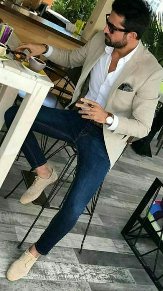Come indossare e abbinare un fazzoletto da taschino stampato marrone scuro: Per un outfit della massima comodità, abbina un blazer beige con un fazzoletto da taschino stampato marrone scuro. Opta per un paio di scarpe derby in pelle scamosciata beige per mettere in mostra il tuo gusto per le scarpe di alta moda.