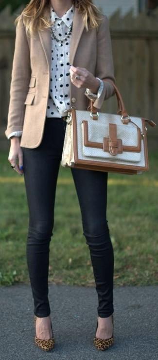 Come indossare: blazer di lana beige, camicia elegante a pois bianca e nera, jeans aderenti neri, décolleté in pelle scamosciata leopardati marrone chiaro