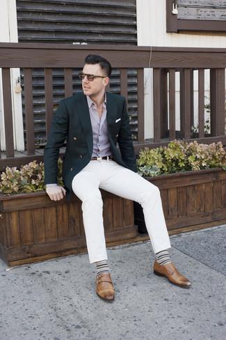 Potresti abbinare un blazer nero con jeans bianchi per un abbigliamento elegante ma casual. Scarpe con due fibbie in pelle marroni impreziosiranno all'istante anche il look più trasandato.