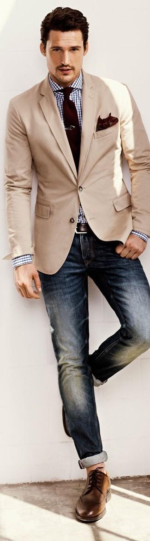 Opta per un blazer beige e jeans blu scuro per un abbigliamento elegante ma casual. Completa questo look con un paio di scarpe brogue in pelle marroni.