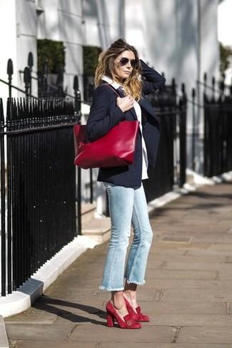 Come indossare: blazer blu scuro, camicia elegante bianca, jeans azzurri, décolleté in pelle scamosciata rossi