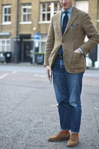 Come indossare e abbinare: blazer di lana scozzese verde oliva, camicia elegante azzurra, jeans blu, scarpe derby in pelle scamosciata marroni