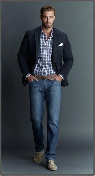 Come indossare e abbinare: blazer nero, camicia elegante scozzese bianca e blu scuro, jeans blu, sneakers basse in pelle scamosciata verde oliva