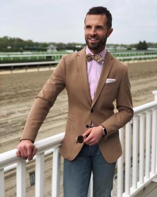 Come indossare e abbinare: blazer marrone, camicia elegante rosa, jeans blu scuro, papillon di seta a pois giallo