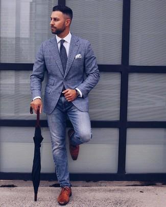 Come indossare e abbinare: blazer scozzese blu, camicia elegante bianca, jeans blu, scarpe derby in pelle marroni