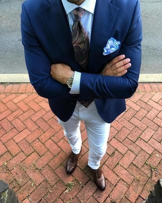 Come indossare e abbinare: blazer blu scuro, camicia elegante a righe verticali azzurra, jeans bianchi, scarpe oxford in pelle marroni