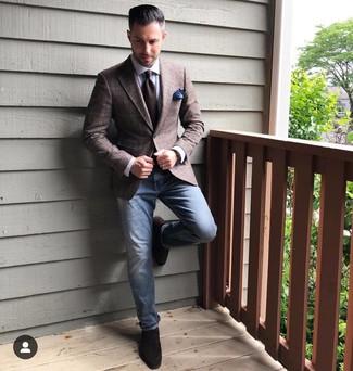 Come indossare e abbinare mocassini eleganti in pelle scamosciata marrone scuro: Potresti combinare un blazer scozzese marrone scuro con jeans blu per un look raffinato per il tempo libero. Calza un paio di mocassini eleganti in pelle scamosciata marrone scuro per dare un tocco classico al completo.