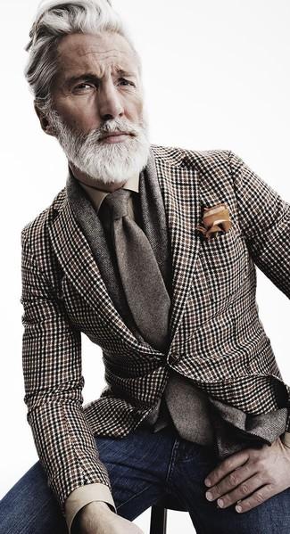 Sfrutta gli abiti più adatti al tempo libero con questa combinazione di un blazer con motivo pied de poule marrone e jeans blu scuro.