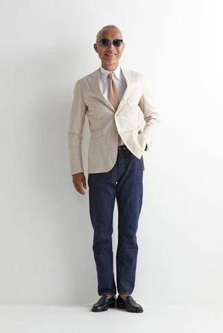 Come indossare e abbinare una cravatta marrone chiaro: Sfrutta al meglio la raffinatezza e l'eleganza con un blazer bianco e una cravatta marrone chiaro. Scegli un paio di mocassini eleganti in pelle neri per avere un aspetto più rilassato.